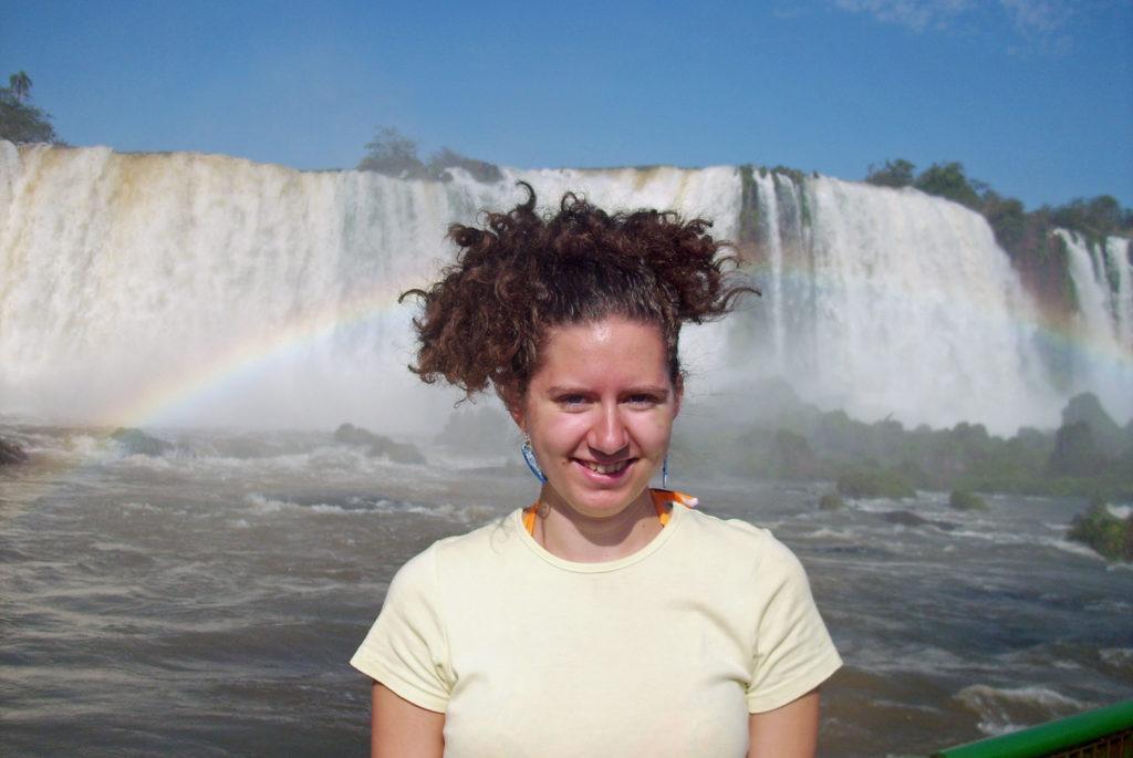 Über uns: Anneli 2009 vor den Iguazú-Wasserfällen in Brasilien / Argentinien