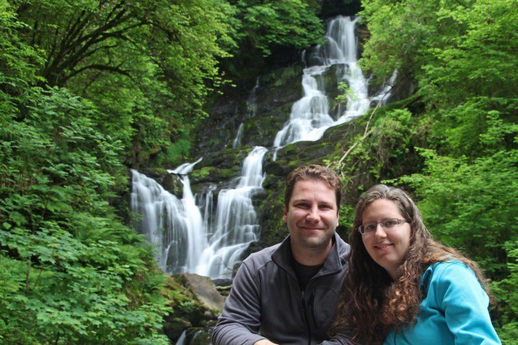 Über uns: Wir vor einem Wasserfallam Ring of Kerry in Irland